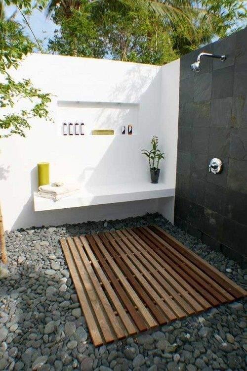 comment choisir sa douche d 39 ext rieur. Black Bedroom Furniture Sets. Home Design Ideas