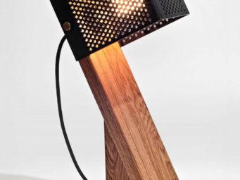 Oblic Table Lamp, par Jonathan Dorthe