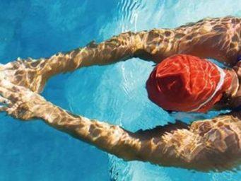 10 accessoires indispensables pour la piscine