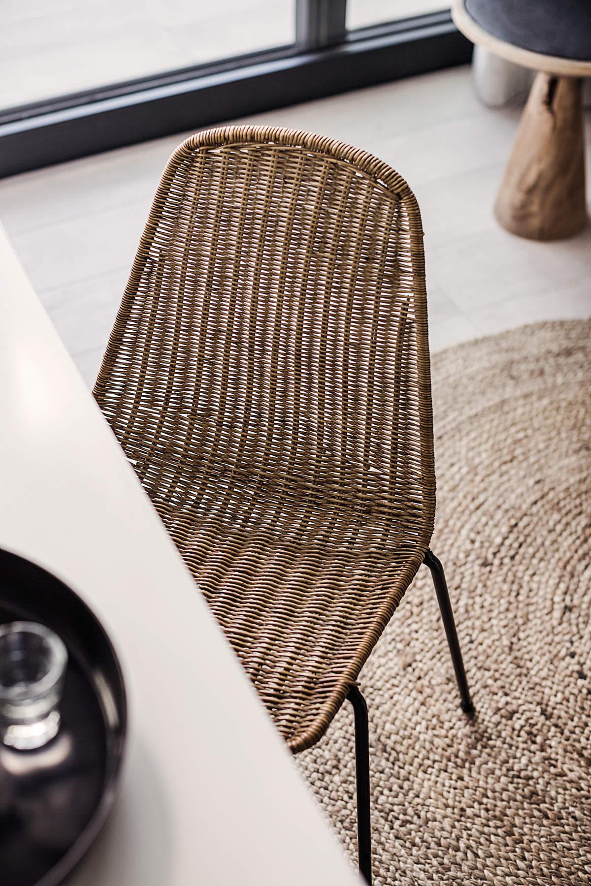 Une chaise moderne en rotin