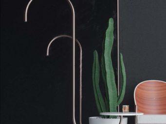Bijou : une lampe de sol assemblée à une table basse