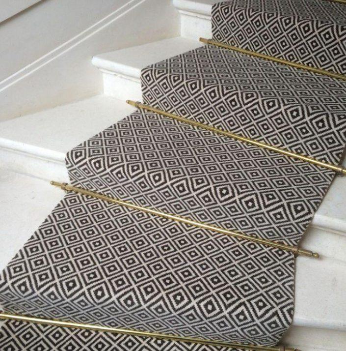 Joli tapis pour escalier motif
