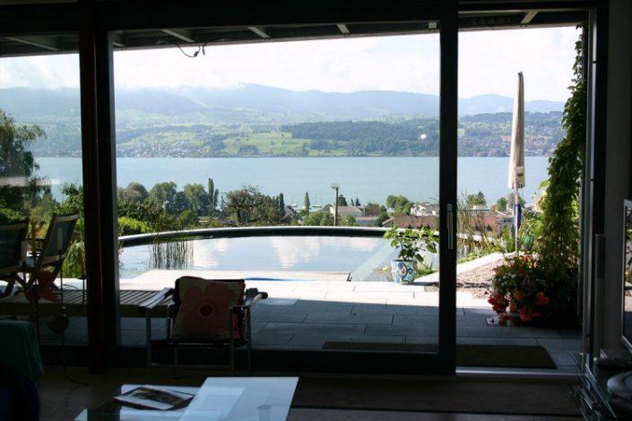 Une piscine avec une magnifique vue sur le lac de Zurich