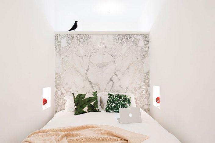 chambre blanche au design sobre, epuree, pour cette maison sicilienne