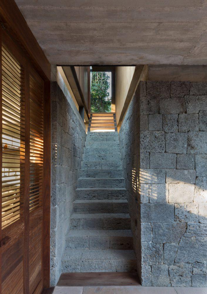 escalier en pierre qui mene au 1er etage