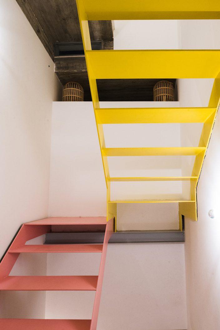 escalier haut en couleur