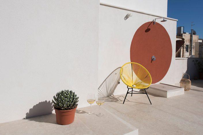 exterieur original et chaise haute dans maison en sicile