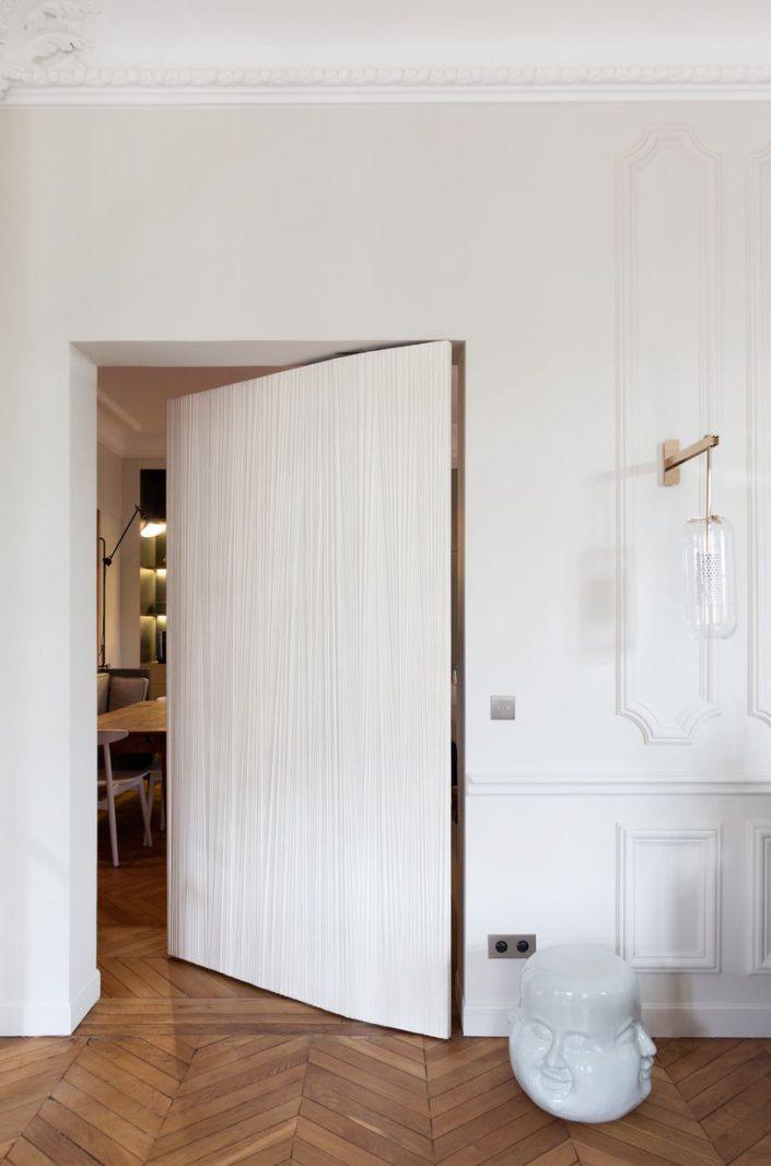 un appartement parisien qui en fait voir de toutes les couleurs. Black Bedroom Furniture Sets. Home Design Ideas