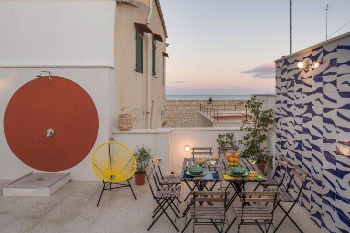 petit coin repas dans l'exterieur de cet habitat sicilien