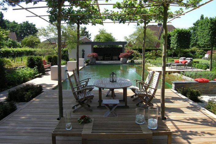 piscine naturelle au centre d'un jardin