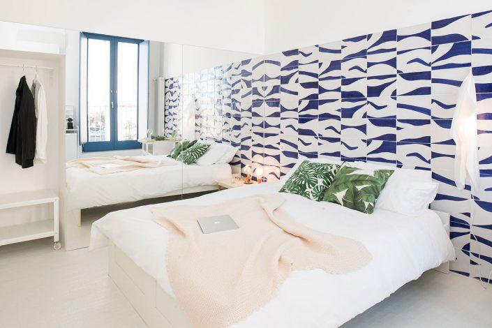 une autre chambre plus spatieuse blanche et avec mosaique
