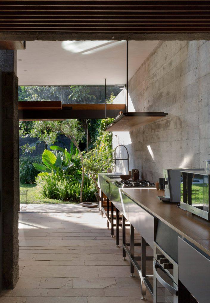 une cuisine equipee, minimaliste, ouverte sur la nature