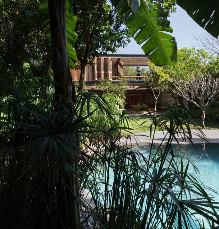 vue de la maison depuis le jardin derriere la piscine