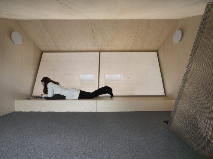 Grande mezzanine avec un banc