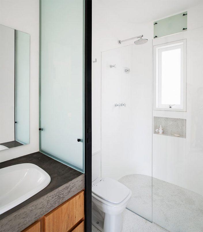 coin salle d'eau avec douche, lavabo et toilette