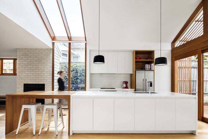 la cuisine est en logueur et offre un large plan de travail