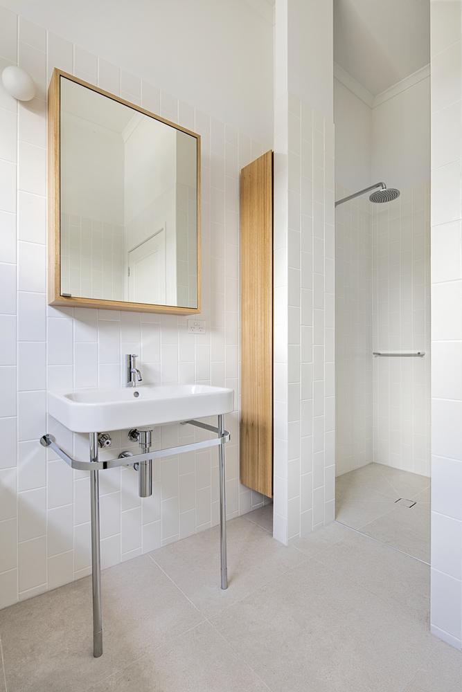 la salle de bain possede aussi une douche