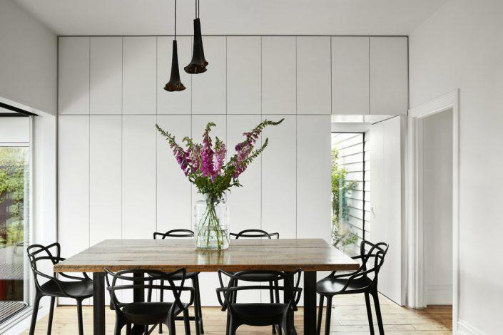 table en bois rectangulaire et suspension multiple