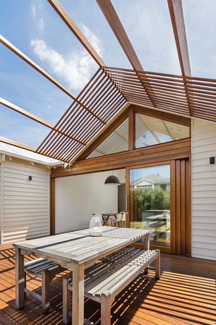 table en bois sur une terrasse atypique
