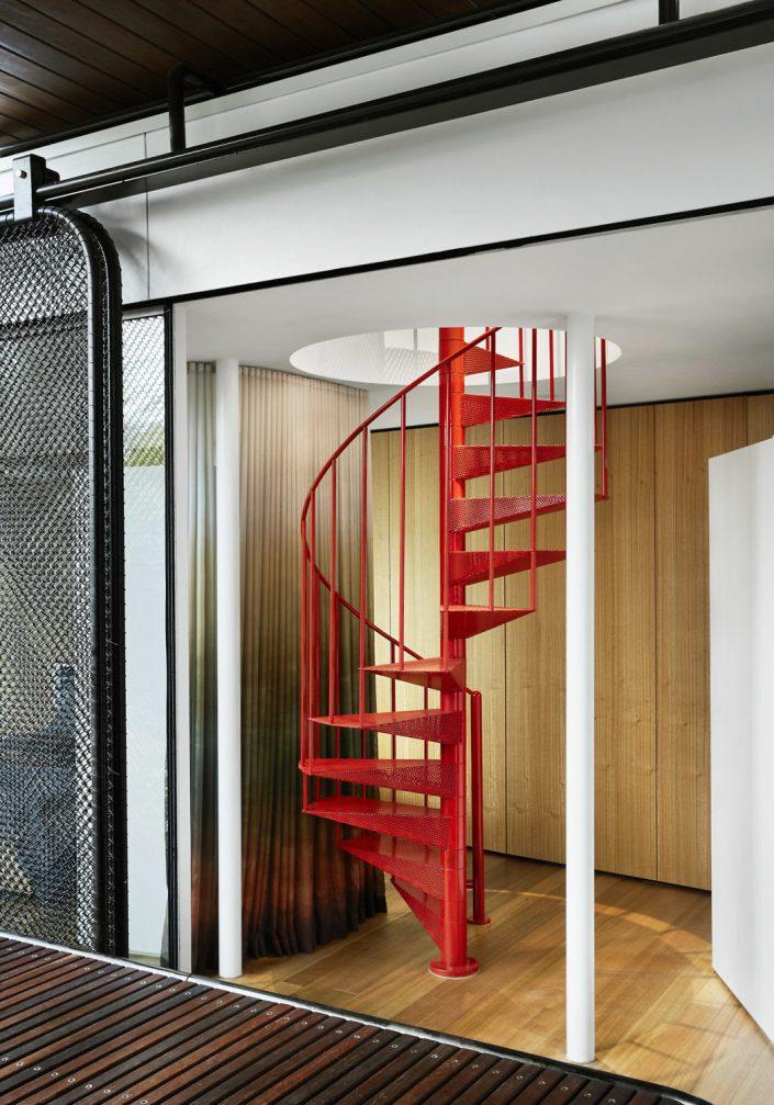 un escalier a colimacon permet d'acceder a l'etage