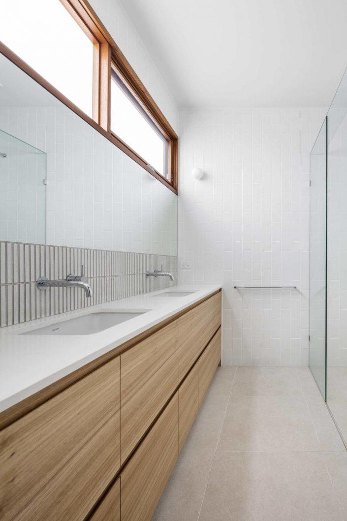 une autre salle d'eau offre rangements et douche