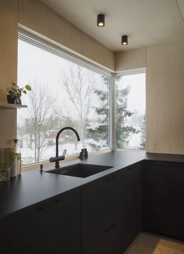 une cuisine avec une grande ouverture vers l'exterieur