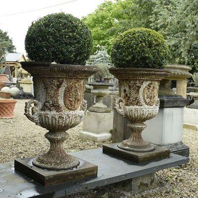 vase medicis en pierre avec flore