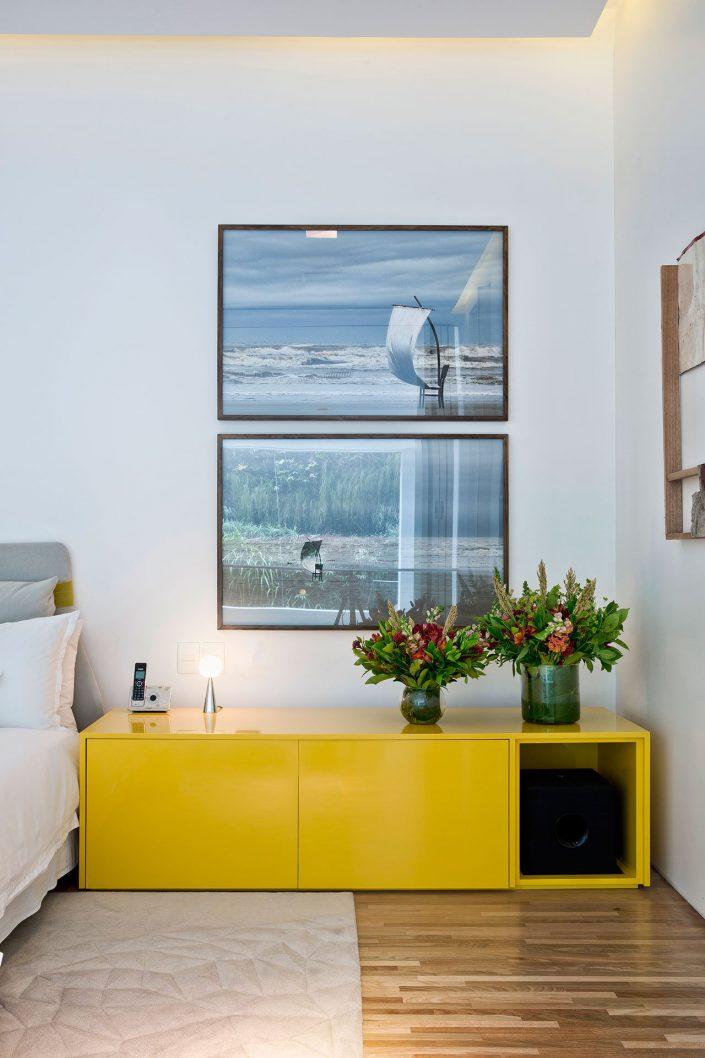 Des photos et des meubles modernes revetent la chambre
