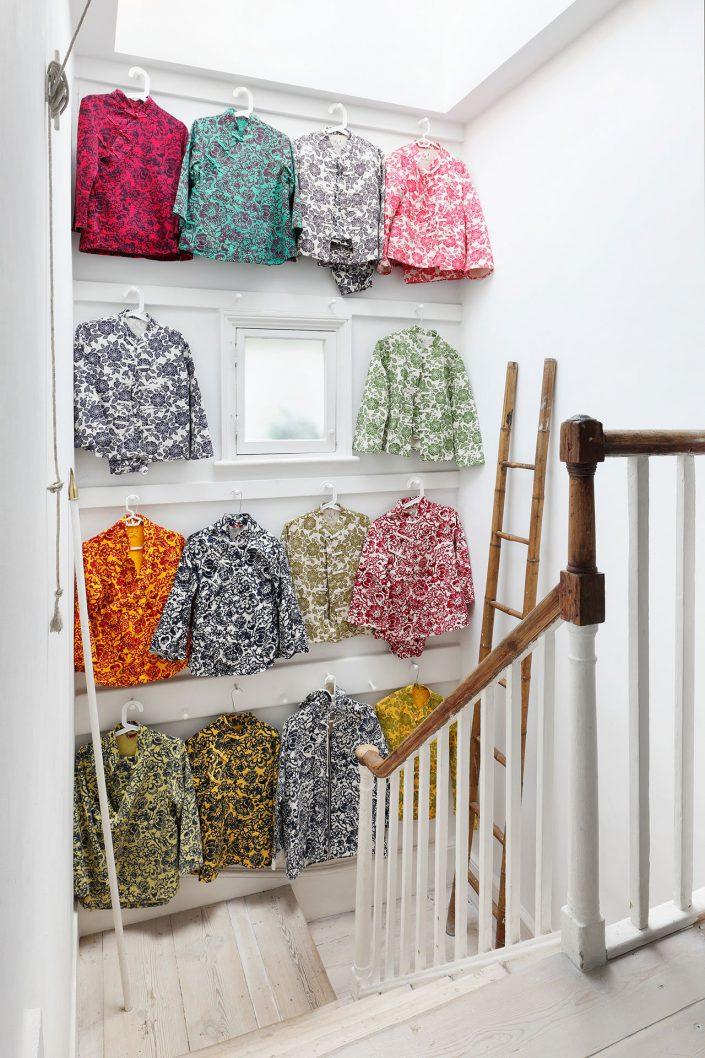 En haut de l'escalier une deco faite a base de chemise coloree