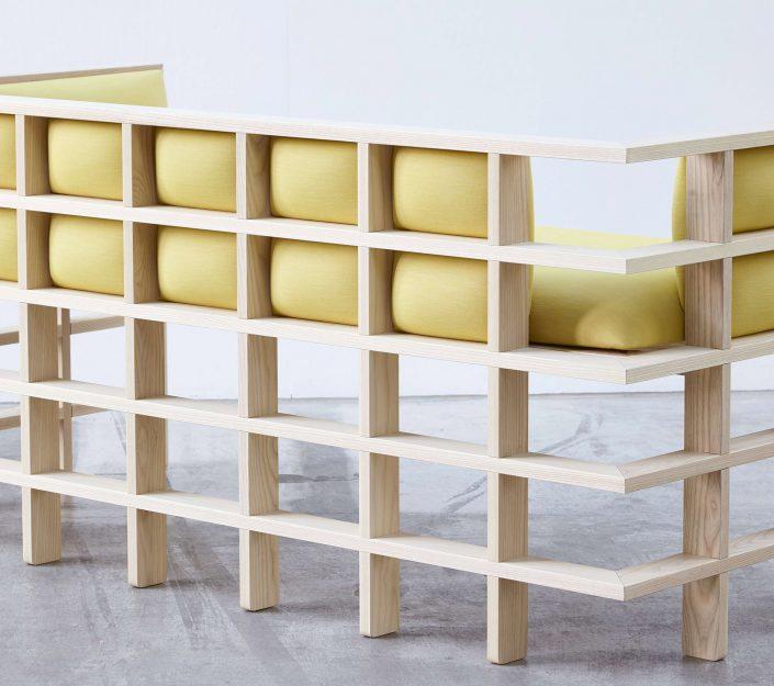 La base de la structure est faite a partir du croisement de morceaux de bois symetriquement