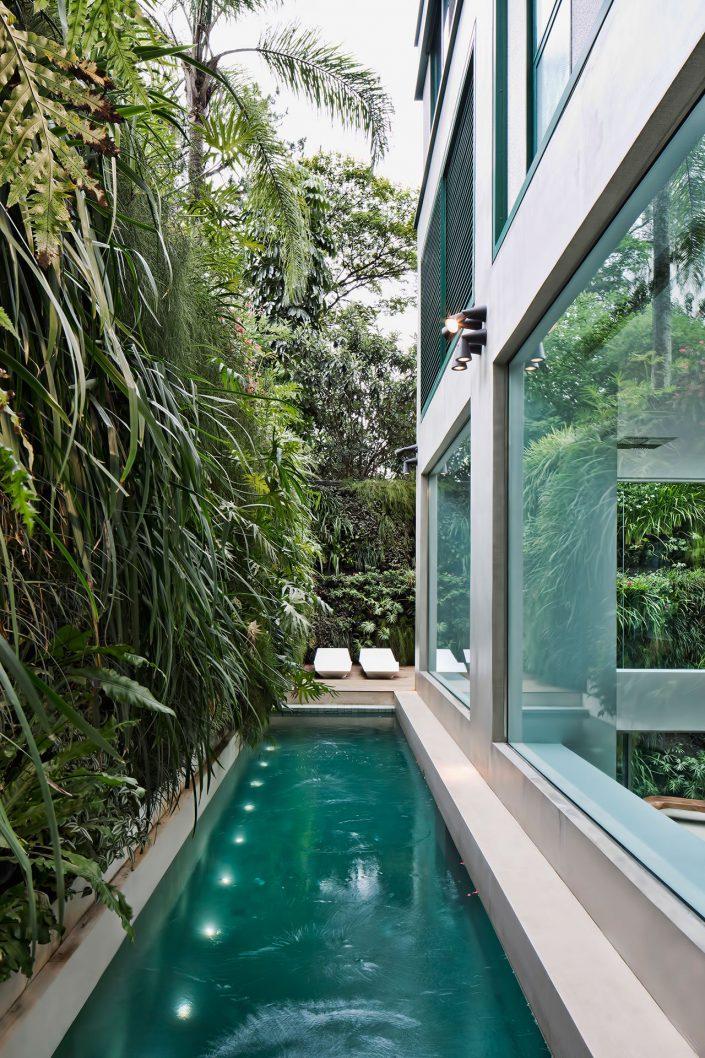 La longue piscine a ete installe sur l'un des cotes du salon et munit d'un elairage