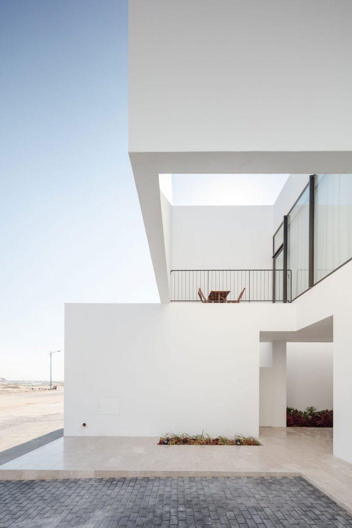 La serie de residence du nom d'Areia allit quelques materiaux naturels aux gigantesques structures cubiques et blanches
