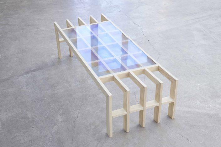 Meme la table en bois se trouve dans une forme symetrique avec un verre depose sur le dessus