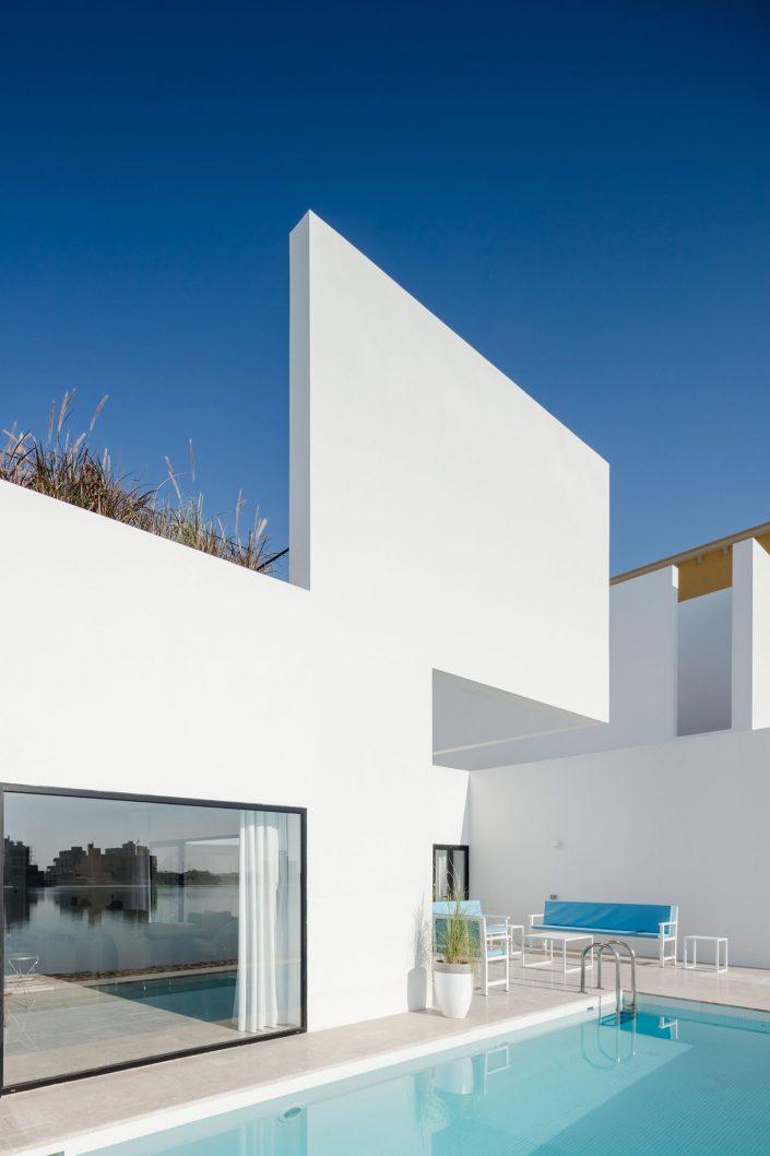 Piscine et murs blancs
