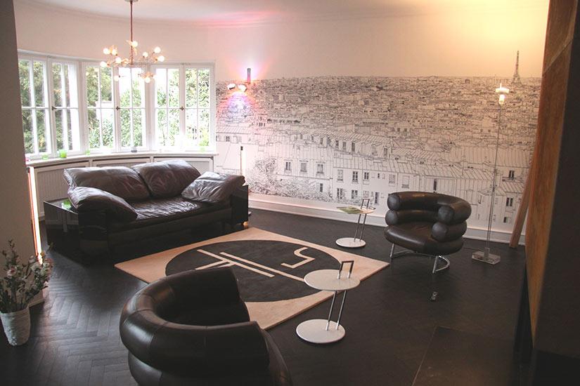 Un coin salon avec le Papier peint panoramique tour Montparnasse et Tour Eiffel