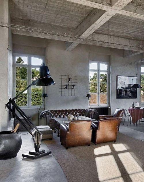 Un interieur contemporain avec deux fauteuils club