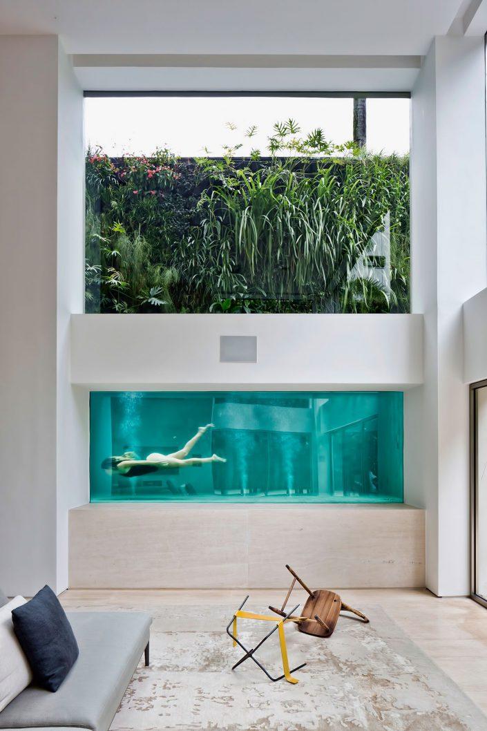 Un mur du salon donne sur le fond de la piscine