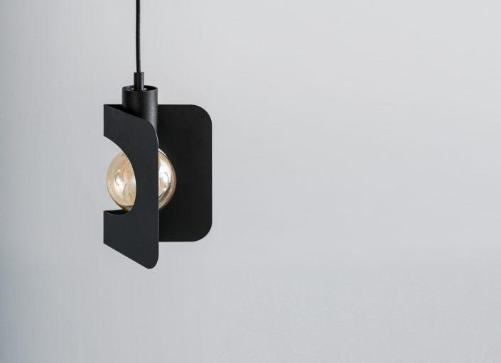 Une lampe design noire