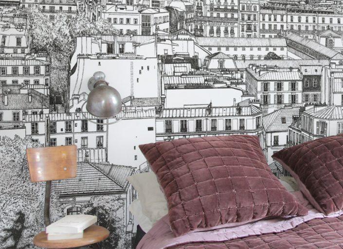 Zoom sur la chambre avec papier peint panoramique de Montmartre