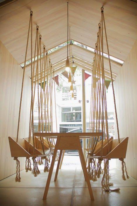 chaises suspendus dans un cafe argentin
