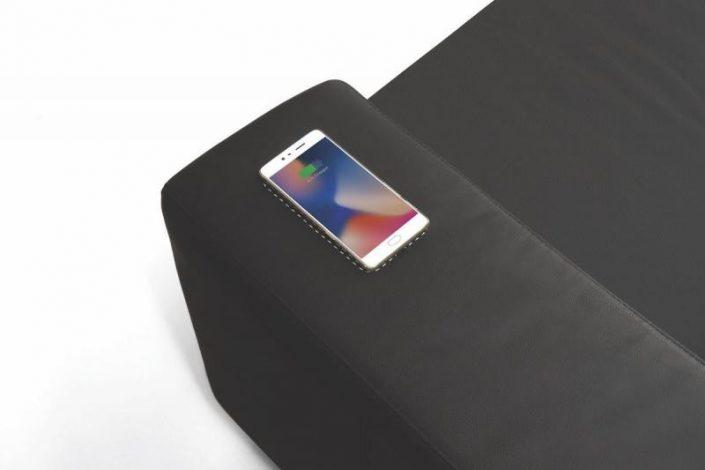 chargeur sans fil sur l'accoudoir du canapé pour les iphone X