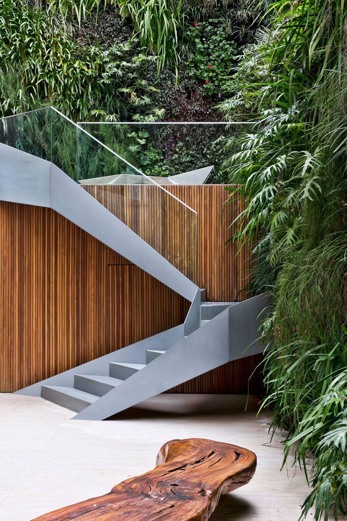 des escaliers dans l'exterieur de la residence Panoram