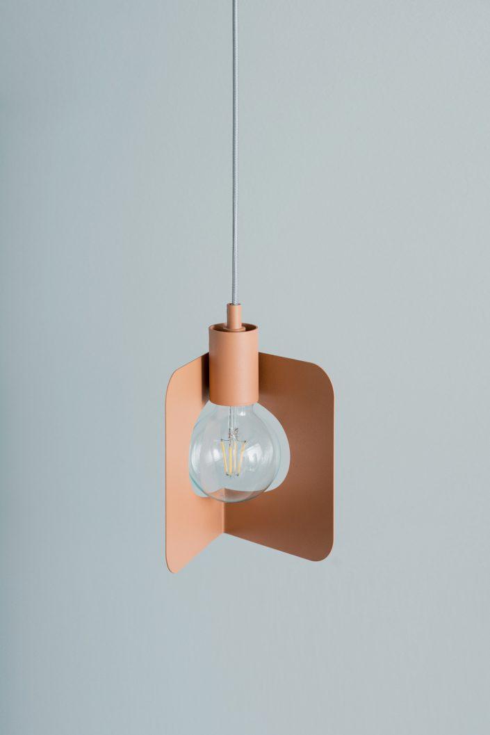 la corner lamp avec une ouverture sur l'arriere de l'angle