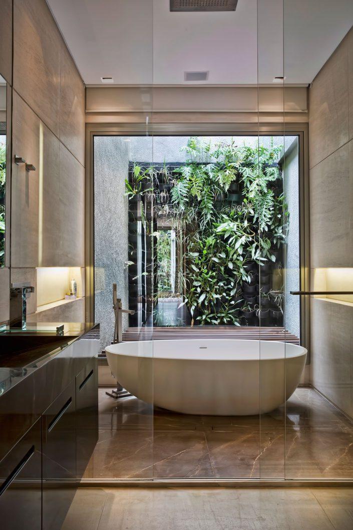 la salle de bain se compose d'un coin lavabo et d'une piece attenante avec une baignoire centrale