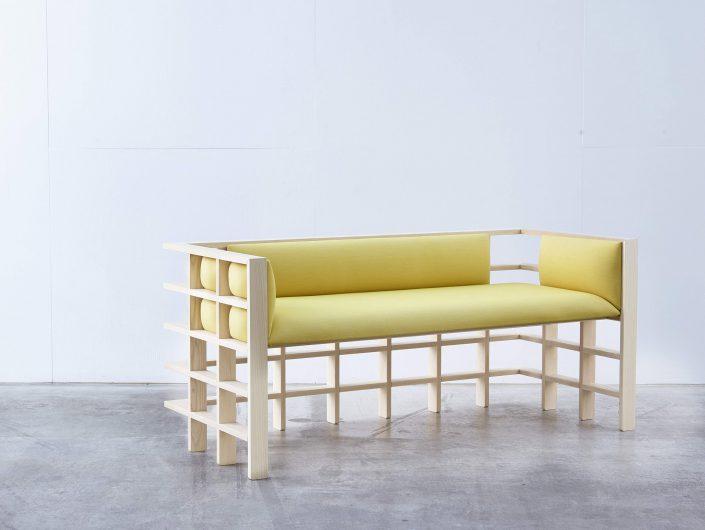 le mochi lounge se situe a egale distance entre le canape et le banc