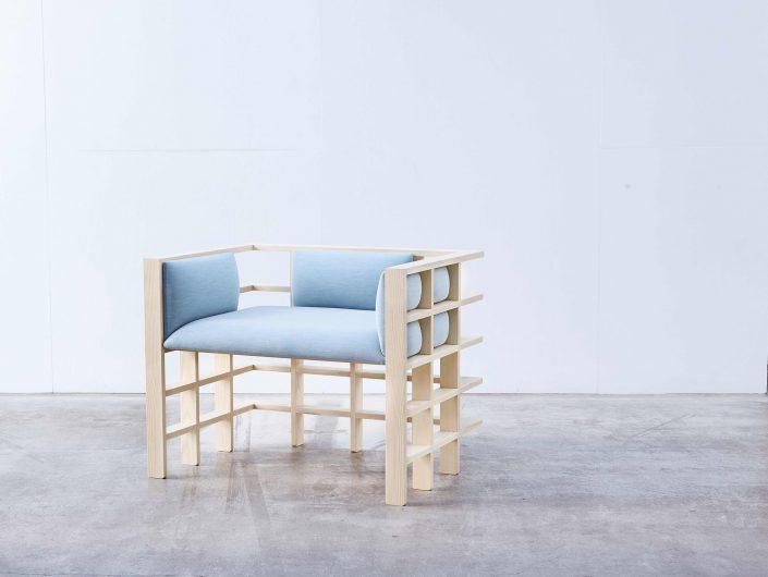 un fauteuil contemporain aux traits symetriques