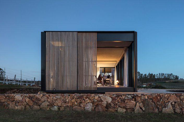L'entrée des cabines se fait par les murs en bois sur les côtés coulissants