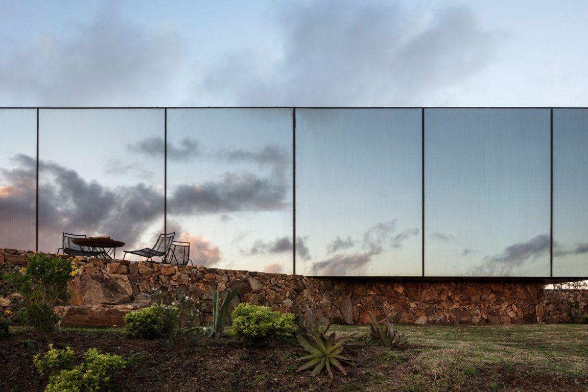 Une cabine avec pour façade une grande baie vitrée