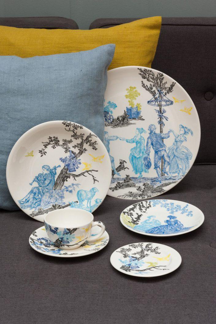 une collection de vaisselles avec des motifs peints a la main Gien et Antoinette Poisson